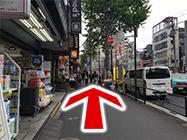 (2) 吉そばの横を通り、まっすぐ進みます。