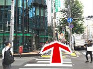 (3) 信号を渡り、りそな銀行の方へ進みます。